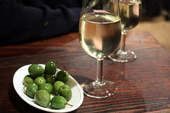 Olives with glasses of manzanilla (Flickr: goodiesfirst)