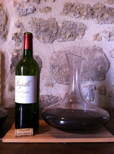 Cotes de Bordeaux Castillon wine in decanter. (Source: Wikimedia)